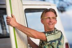 Hombre alegre con la tabla hawaiana Imágenes de archivo libres de regalías
