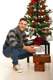 Hombre alegre con los regalos de la Navidad Imagen de archivo