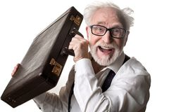 Hombre alegre del envejecimiento que muestra su maleta foto de archivo