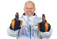 Hombre alegre en el traje de esquí que muestra los pulgares para arriba Fotografía de archivo