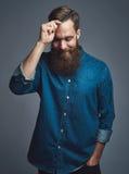 Hombre alegre en la barba que se peina el pelo Imagen de archivo libre de regalías
