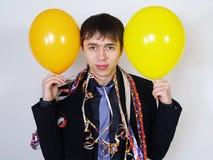 Hombre alegre en un juego de asunto con los globos Imagen de archivo
