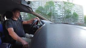 Hombre alegre que conduce un coche mientras que conduce almacen de metraje de vídeo
