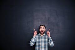 Hombre alegre que destaca los fingeres en el copyspace Fotos de archivo libres de regalías