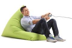 Hombre alegre que juega a los videojuegos Imágenes de archivo libres de regalías