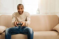 Hombre alegre que juega a un juego Fotos de archivo libres de regalías