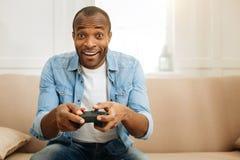 Hombre alegre que juega y que se relaja Imagenes de archivo