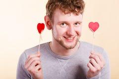 Hombre alegre que lleva a cabo el corazón Imagen de archivo