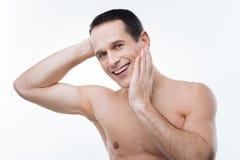 Hombre alegre alegre que muestra sus emociones Foto de archivo libre de regalías