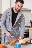 Hombre alegre que prepara un desayuno sano por la mañana Fotografía de archivo