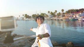 Hombre alegre que toma el selfie en el fondo lateral de la bahía en Turquía almacen de video