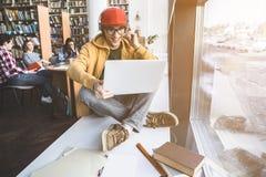 Hombre alegre que trabaja con el dispositivo Fotografía de archivo