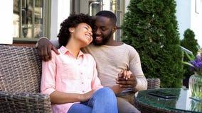 Hombre alegre y mujer que disfrutan de la fecha romántica, sentándose en el café, relación imágenes de archivo libres de regalías