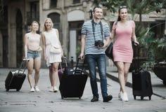 Hombre alegre y mujer que viajan que caminan en ciudad Imagenes de archivo