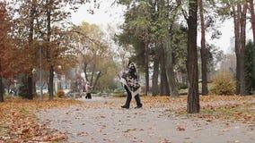 Hombre alto cubierto con la manta que cojea en el parque, trastorno mental, falta de vivienda almacen de video