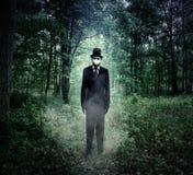 Hombre alto malvado que se coloca en bosque asustadizo solamente fotos de archivo
