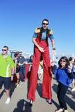 Hombre alto que va de fiesta con las huéspedes Imágenes de archivo libres de regalías