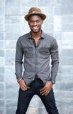 Hombre ameircan africano joven sonriente con el sombrero Fotografía de archivo