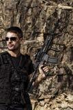 Hombre amenazador con una ametralladora Imágenes de archivo libres de regalías