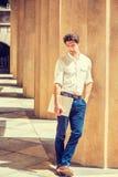 Hombre americano hermoso joven que piensa afuera Foto de archivo