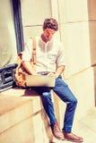 Hombre americano joven que estudia en Nueva York Foto de archivo