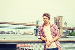 Hombre americano joven que viaja en Nueva York Fotos de archivo libres de regalías