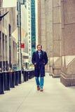Hombre americano joven que viaja en Nueva York en invierno Imagenes de archivo