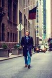 Hombre americano joven que viaja en Nueva York en invierno Foto de archivo