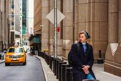 Hombre americano joven que viaja en Nueva York en invierno Imagen de archivo
