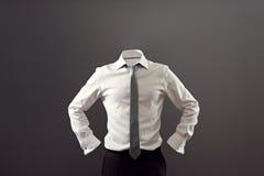 Hombre anónimo en la camisa blanca y pantalones negros foto de archivo libre de regalías