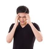 Hombre apenado, agotador que piensa, sufriendo de dolor de cabeza fotos de archivo libres de regalías