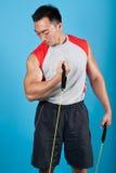 Hombre apto con la venda del estiramiento del ejercicio Foto de archivo