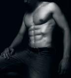 Hombre apto con los músculos atractivos del ABS imagenes de archivo
