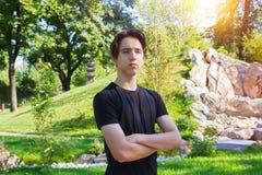 Hombre apto de los jóvenes en parque fotos de archivo