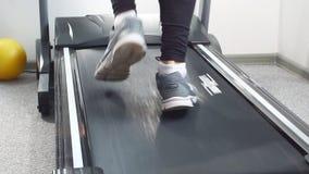 Hombre apto del primer en el traje eléctrico del estímulo del músculo para el entrenamiento del ccsme que corre en la rueda de ar almacen de metraje de vídeo