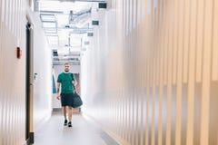 Hombre apto en un pasillo del gimnasio Imagenes de archivo