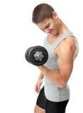 Hombre apto que ejercita con pesas de gimnasia Imagen de archivo libre de regalías
