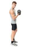 Hombre apto que ejercita con pesas de gimnasia Imagen de archivo