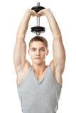 Hombre apto que entrena a su tríceps Fotos de archivo