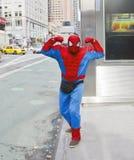 Hombre araña en la ciudad Fotos de archivo libres de regalías
