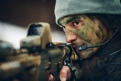 Hombre armado en camuflaje con el arma del francotirador Imágenes de archivo libres de regalías