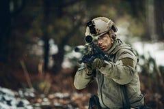 Hombre armado en camuflaje con el arma del francotirador Fotos de archivo libres de regalías