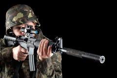 Hombre armado que toma objetivo Foto de archivo libre de regalías