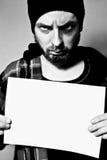 Hombre arrestado que sostiene una hoja en blanco foto de archivo libre de regalías