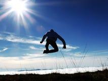 Hombre arriba entre la tierra y el cielo Imágenes de archivo libres de regalías