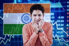 Hombre arruinado con la bandera y el gráfico indios Fotos de archivo