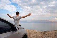 Hombre asentado en la capilla del motor de un coche alquilado en un viaje por carretera en Israel imágenes de archivo libres de regalías