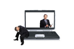 Hombre asentado en un ordenador Imagen de archivo libre de regalías