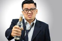 Hombre asiático bebido después de trabajo Foto de archivo