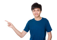 Hombre asiático con el destacar del finger Fotografía de archivo
